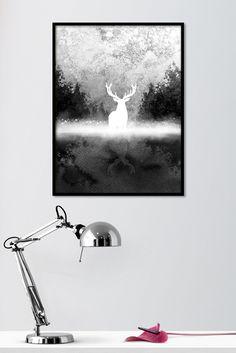 Metsän laidassa on mustavalkoinen eläinaiheinen juliste suon laidassa seisovasta peurasta. Julisteessa on käytetty mustan ja harmaan eri sävyjä ja näin saatu mystinen tunnelma. Kehystettynä juliste luo tyyllikkään tunnelman erilaisissa sommitelmissa. Kotimainen Metsän laidassa -juliste on painettu laadukkaalle mattapintaiselle, päällystämättömälle paperille. www.camala-store.fi