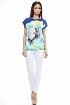 Tinuta bluza imprimeu cu figura feminina si pantalon conic.