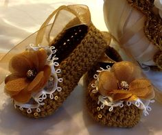 Crochet Baby Booties and Hat in Gold por TippyToesBabyDesigns