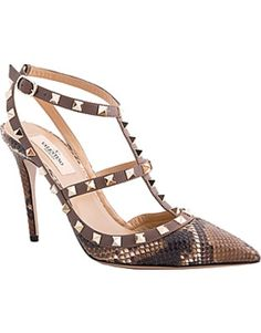 Shop designer pumps for women at Farfetch and find Saint Laurent, Jimmy Choo and Valentino alongside each other. Valentino Heels, Valentino Garavani, Rockstud Pumps, Designer Pumps, Shoe Art, Sexy High Heels, So Little Time, Shoe Collection, Me Too Shoes