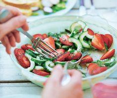 Cucumber, strawberry and poppy seed salad Vegan Gluten Free, Vegan Vegetarian, Strawberry Vinegar, Summer Salads, Caprese Salad, Quick Easy Meals, Summer Recipes, Green Beans, Salad Recipes