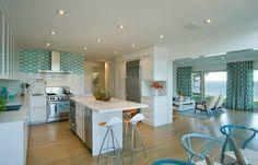 cuisine ouverte en bleu et blanc