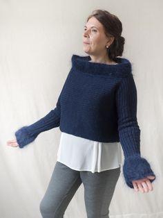 Blauer Pullover im angesagten Crop-Top-Style - DasTeil für Dich. Das klassische Dunkelblau wirkt elegant und wird durch die raffinierten Akzente am Halsausschnitt und Ärmel aufgewertet.