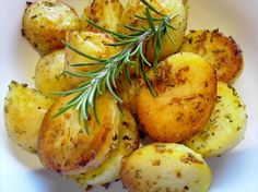 I just love the fragrance of these garlicy potatoes are they are roasting. Use fresh rosemary if you can, it really makes a difference. Rosemary Roasted Potatoes, Roasted Potato Recipes, Perfect Roast Potatoes, Potato Side Dishes, Gluten Free Dinner, Dinner Sides, Vegan Foods, Lunch Recipes, Nutrition