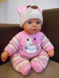 Oblečenie pre bábiku, ručne pletená 3 dielna súprava v jemných farbách : čiapočka s uškami, pulovrík s aplikáciou a zapínaním vzdadu, dupky do pása na gumu. Bábika je nepredajná....