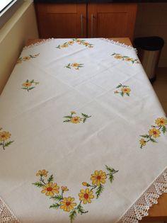 Toalha de mesa com flores amarelas Bargello, Tutorial, Embroidery Stitches, Cross Stitch, Textiles, Quilts, Blanket, Ideas, Pattern