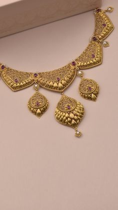 Delicate intricacies skillfully crafted on the AZVA gold necklace Pearl Necklace Designs, Jewelry Design Earrings, Gold Earrings Designs, Gold Jewellery Design, Jewelry Art, Indian Gold Jewellery, Tika Jewelry, Gold Necklace, Jewelery