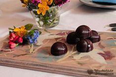 Gesztenyés cseresznyés étcsokoládés bonbon | Csokoládé Kreatívan Belgian Chocolate, Table Decorations, Baking, Desserts, Candy, Tailgate Desserts, Deserts, Bakken, Postres