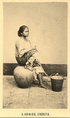 1868 CDV of a servant girl - Albert Honiss (ctto) Philippine Women, Philippine Art, Old Photos, Vintage Photos, Pi Art, Filipiniana Dress, Beautiful Dark Skinned Women, Filipino Culture, Filipina Beauty