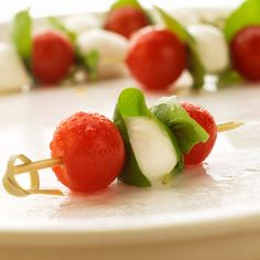 Comidinhas para um encontro entre amigos. Bonito, leve e delicioso o espetinho caprese (tomate, manjericão e muçarela de búfala) é uma ótima pedida!