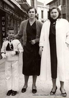 Primera Comunión del hermano de Tere Delicado (izquierda), acompañados por Mª Teresa Ruiz de Gordejuela (derecha), 1953 (Foto: ©Daniel Zubimendi) (ref. Z01210)