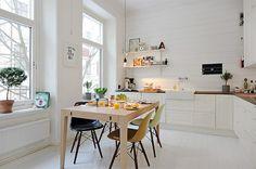 Biała wysoka kuchnia z jadalnią w skandynawskim stylu
