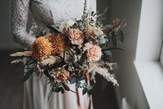 Boheemit talvihäät – stailattu hääkuvaus Epaalan Anselmilla Wreaths, Fall, Autumn, Door Wreaths, Fall Season, Deco Mesh Wreaths, Floral Arrangements, Garlands, Floral Wreath