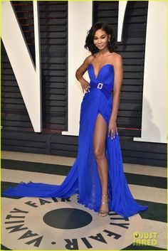 Chanel Iman Strapless Dress - Chanel Iman looked mesmerizing in an electric-blue strapless gown by Zuhair Murad Couture, boasting a plunging sweetheart neckline, a bejeweled belt, and a thigh-high slit, at the Vanity Fair Oscar party. Chanel Iman, Chanel Makeup, Dressy Dresses, Blue Dresses, Prom Dresses, Elegant Dresses, Diane Kruger, Jessica Alba, Oscar 2017 Dresses
