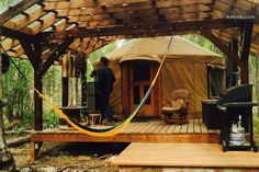 Love the deck and hammock outside this yurt. Love the deck and hammock outside this yurt. Yurt Living, Tiny House Living, Small Living, Deck Design, House Design, Design Table, Chair Design, Design Design, Tulum