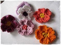 Kleines Glück im Mausehaus: DIY Primel-Blüten häkeln und Haarschmuck zum Selbermachen