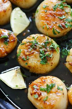 Brown Butter Honey Garlic Scallops - crazy delicious seared scallops with brown butter and honey garlic sauce. The best scallops recipe ever! Fish Dishes, Seafood Dishes, Fish And Seafood, Thai Shrimp, Spicy Shrimp, Honey Shrimp, Butter Shrimp, Best Scallop Recipe, Coquille Saint Jacques