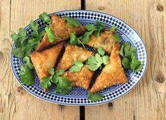 Pas på – de her er farlige! Briouats er fællesbetegnelsen for små delikate sprøde fillodejspakker med forskellige former for fyld, som man ofte forkæles med som en af mange små forretter i det marokkanske køkken. Fyldet her er spinat, feta og lidt frisk mynte, de er både friske og lækre, og kan godt skabe afhængighed. Briouats med spinat, feta og…