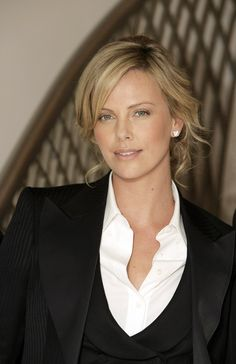 Charlize Theron Looks Totally Different with Baby Bangs - Celebrities Female Mighty Joe, Charlize Theron Photos, Beautiful People, Beautiful Women, Atomic Blonde, Hollywood, Kelly Osbourne, Beautiful Actresses, American Actress