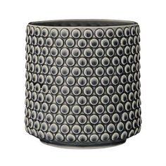 Den trendy boblete blomsterpotten fra Bloomingville er laget i keramikk og har en lekker boblet struktur som gir den et livaktig uttrykk. Bruk blomsterpotten til dine fineste planter og kombiner den gjerne med andre herlige krukker fra Bloomingville! Velg mellom forskjellige farger.