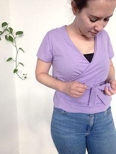 Wickelkleid / Wickelbluse WANDA bei Makerist - Bild 6 Shirts, V Neck, Tops, Fashion, Cut Shorts, Sewing Patterns, Tutorials, Curve Dresses, Women's