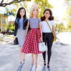 Barbie Squad - Love the middle outfit Barbie Life, Barbie Dream, Barbie World, Barbie And Ken, Barbie Style, Accessoires Barbie, Barbie Fashionista Dolls, Doll Clothes Barbie, Barbies Dolls