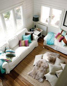 Vaikka neliöitä ei ole paljon, lisää korkea huonekorkeus tilan tuntua. Sohva ja divaani on sijoitettu seinien viereen, jotta keskelle lattiaa jää mahdollisimman paljon tilaa oleiluun.