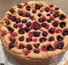Umíte si představit koláč bez cukru a bez přidání mouky? Zdravý, chutný a nenáročný koláček, připravený ze 4 surovin. Hotová mňamka!