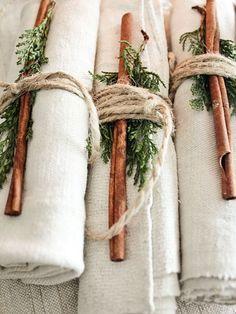 Tannengrün, Zimtstangen, Paketband: Fertig ist die Serviette für die Weihnachts-Tafel