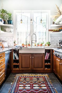 Discover Kitchen design ideas & inspiration, expertly curated for you. Explore Kitchen decor and design ideas, save them to inspire your next project, and shop your favorite products. Room Interior Design, Dining Room Design, Kitchen Design, Kitchen Decor, Kitchen Ideas, Interior Design Traditional, Kitchen Notes, Eclectic Design, Kitchen Rug