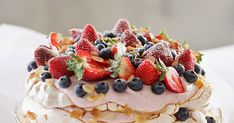 Ihanaista kiirastorstaita kaikille! Nyt alkaa pääsiäinen makeissa merkeissä. Esikoisen synttäreille tehtiin jo samainen kerrospavlova. M... Cheesecake, Food And Drink, Desserts, Tailgate Desserts, Deserts, Cheesecakes, Postres, Dessert, Cherry Cheesecake Shooters