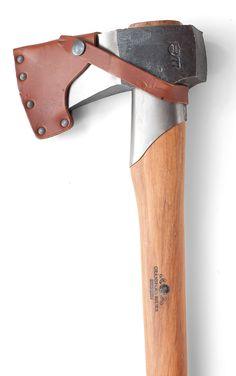 Zweedse, zeer scherpe handgesmede bijlen. Met hickory houten steel en leren foedraal. http://www.dewiltfang.nl/snoeien/bijlen/