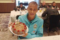 Neymar ganha bolo com erro de português