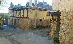 Casa de piedra, vigas y aleros de madera; arquitectura típica de El Olivar.