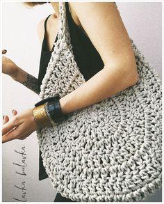 Best 12 Boho Crochet Bags – how to make your own OOAK bag – MotherBunch Crochet – SkillOfKing.Belt Gusset Purse pattern by Heidi NielingAdorable handbag round shape with its free grid! Mode Crochet, Crochet Shell Stitch, Crochet Diy, Crochet Ideas, Crochet Handbags, Crochet Purses, Crochet Bags, Purse Patterns, Crochet Patterns