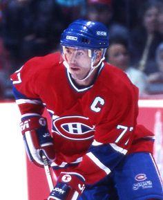 Pierre Turgeon (C) était un fabricant de jeu et un passeur exceptionnel. Le joueur de centre a livré la marchandise partout où il est passé dans la Ligue nationale. À son arrivée à Montréal en 1995, il a succédé à Mike Keane comme capitaine du Tricolore et a ainsi été le dernier joueur de l'équipe à porter le «C» au Forum, l'ancien temple du hockey de l'équipe. Cette année-là, le natif de Rouyn a récolté une fiche de 38-58-96 en 80 matchs, bon pour le premier rang des marqueurs de l'équipe.