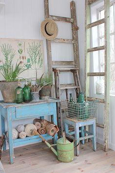 Ik vind hier alles mooi. De ladder, de gieter, de flessen, de poster, de bloempot,...