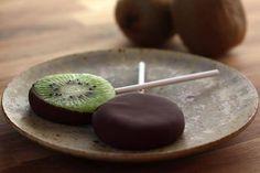 """Los más pequeños les encantará esta """"sorpresa""""! Chocolate y fruta ... Perfecto! #Piruletas_de_kiwi_y_chocolate #recetas #dulce #postre #kiwi #chocolate #avellanas #almendras"""