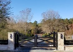 Aberdeen Gate builds custom driveway gates to order. Even our most basic driveway gates stand out with a heftier, more durable look and quality. House Front Gate, Front Yard Fence, Front Gates, Entry Gates, Farm Entrance Gates, Driveway Entrance Landscaping, Acreage Landscaping, Driveway Gate, Driveway Border