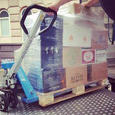 Abladen nach kurzer Straßenblockade. Läuft. #craftbeer #kiel #berlinerberg #omnipollo #anchorbrewing #andunion #hanscraft #hopfenstopfer #hopperbräu #kuehnkunzrosen #mahrsbräu #mashsee #oharas #tilmansbiere