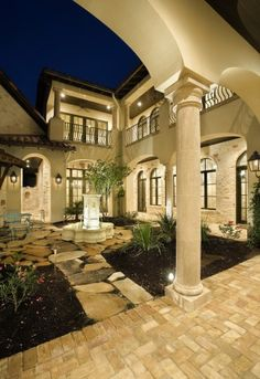 I love homes w/ Mediterranean Spanish mission style courtyards!