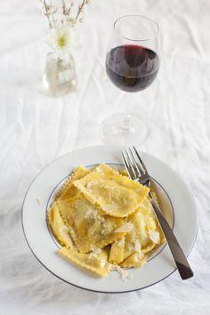 Prepara con le tue mani tortelli d'erbette, una pasta fresca ripiena dal sapore delicato e prelibato. Prova la ricetta di Sale&Pepe.