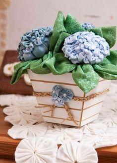 Flores de fuxico são muito bonitas e muito fáceis de fazer. Acredite: é possível fazer um lindo arranjo fazendo flores com tecido, que nunca serão danificadas, murchar ou terem de ser jogados fora. E sem contar...