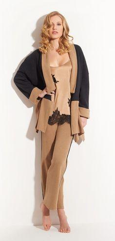 Einfach schicker kuscheln... NEU aus Italien: Eleganter #Loungewear Anzug von #ChiaraFiorini aus #Kuschel #Baumwolle in #schwarz #beige. Hochwertiger #Hausanzug #MadeinItaly von Chiara Fiorini aus schmuseweichem Stoff 😀  #leisurewear #homewear2019 #seidenland #seidenshop #nightwear #homewear #easywear #luxuryhomewear #italianhomewear #nachtwäsche #Italien #fashionable #sommer #lingerieaddict #lingerieonline #geschenkidee