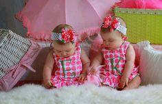 Birbirlerine tıpatıp benzeyen bu tatlı ikizler karıştırılmasın diye anneleri elbiselerine adlarının ilk harflerini işlemiş!