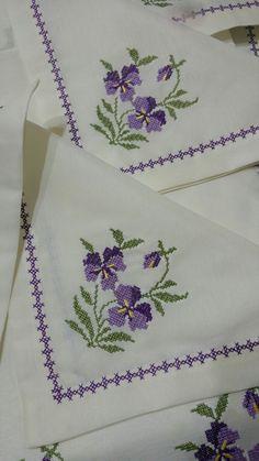Violetas en punto cruz