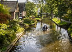 Winding canals and scenic views — not Amsterdam, but the small town of Giethoorn: the 'Venice of the Netherlands. Beautiful Places In The World, Beautiful Places To Visit, Places To See, Voyage Europe, Europe Travel Guide, Amsterdam, Small Towns, Netherlands, Scenery
