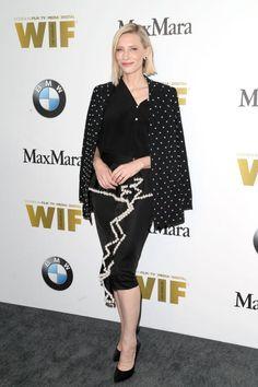 """Schauspielerin Cate Blanchett steht für die Rechte der Frauen im Filmbusiness ein. Klar, dass die Oscar-Preisträgerin bei den """"Women In Film 2016 Crystal and Lucy Awards"""" nicht fehlen darf. Zu der Preisverleihung erscheint sie mit einer asymmetrischen Bluse und einem gerafften Bleistiftrock von Givenchy. Abgerundet wird das Outfit mit einem schwarzen Blazer und Pumps von Casadei."""