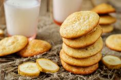 Banana cookies with milk and banana slices By Arzamasova¡¯s photos , Desserts With Biscuits, Dessert Biscuits, Banana Slice, Banana Milk, Latte, Cookie Recipes, Good Food, Food And Drink, Bread
