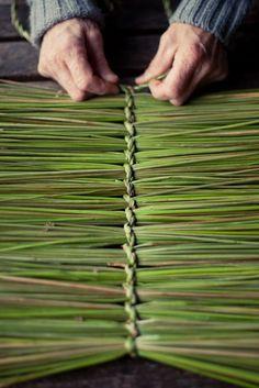 Johnson - Basketmaking - Rush a Grass košíkářství ihrisko, bolesť Skogen, Nórsko 2012 Flax Weaving, Willow Weaving, Weaving Textiles, Weaving Art, Basket Weaving, Deco Nature, Pine Needle Baskets, Deco Floral, Weaving Projects